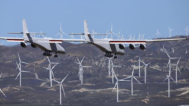 טיסת בכורה מטוס סטרטולאונץ' Stratolaunch (צילום: AP)