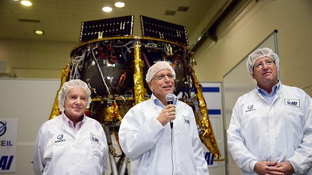 Morris Kahn, left,with the Beresheet team (Photo: Yariv Katz) (Photo: Yariv Katz)