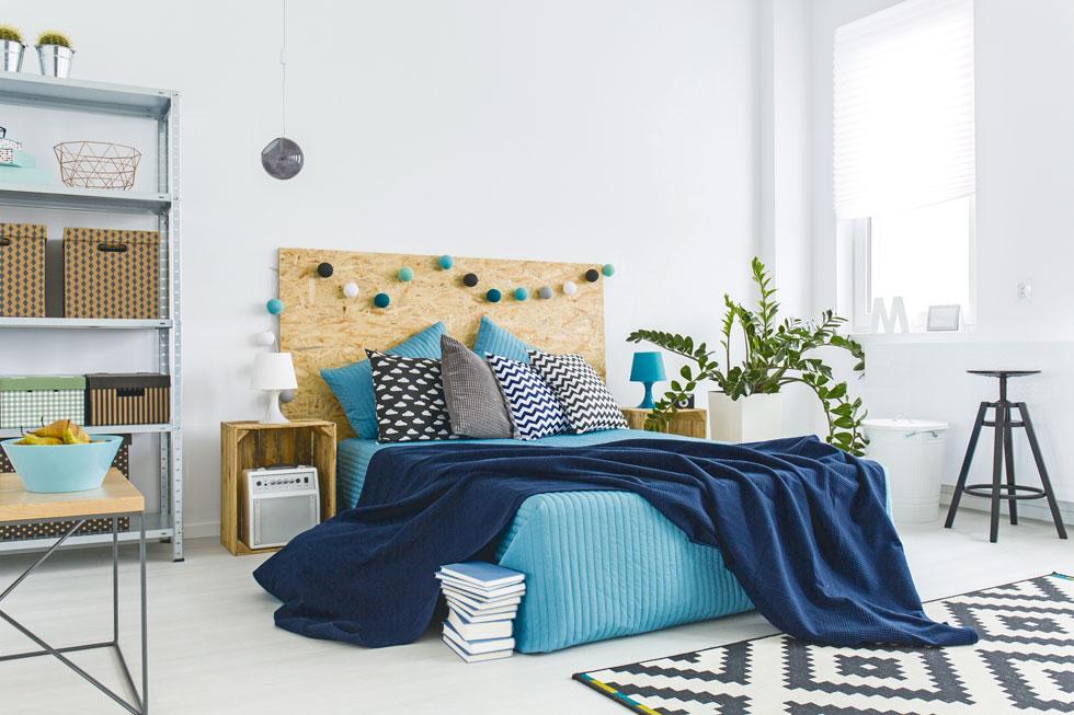 חדר שינה מינימליסטי ומועט ריהוט ואביזרים ישרה רגיעה ויפחית משמעותית את כמות האבק והאלרגנים בסביבת השינה (צילום: אנטולי מיכאלו  סגנון: אינה גוטמן)