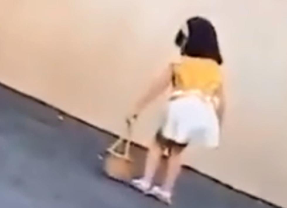 סין אמא ל דוגמנית בת 3 בועטת ב ילדה ()