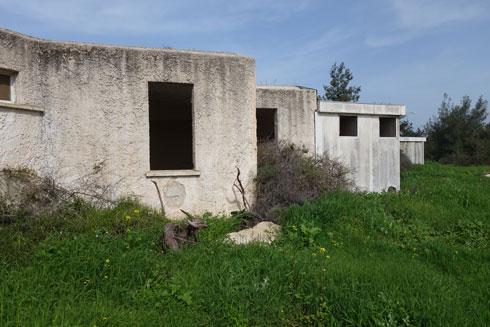אכסניית בר גיורא. המבנה נטוש ועירום, ועדיין מרשים (צילום: מיכאל יעקובסון)