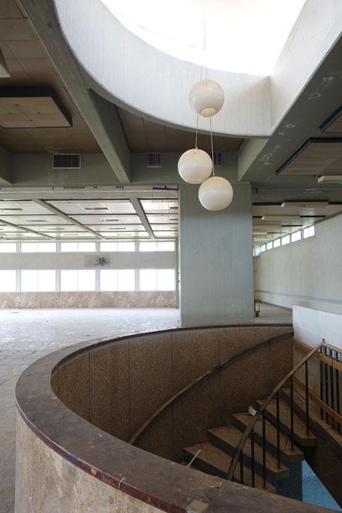 פתח בתקרה שוטף את המדרגות באור, ואולם ללא מחיצות ועמודים מאפשר מבט רציף אל הנוף (צילום: מיכאל יעקובסון)