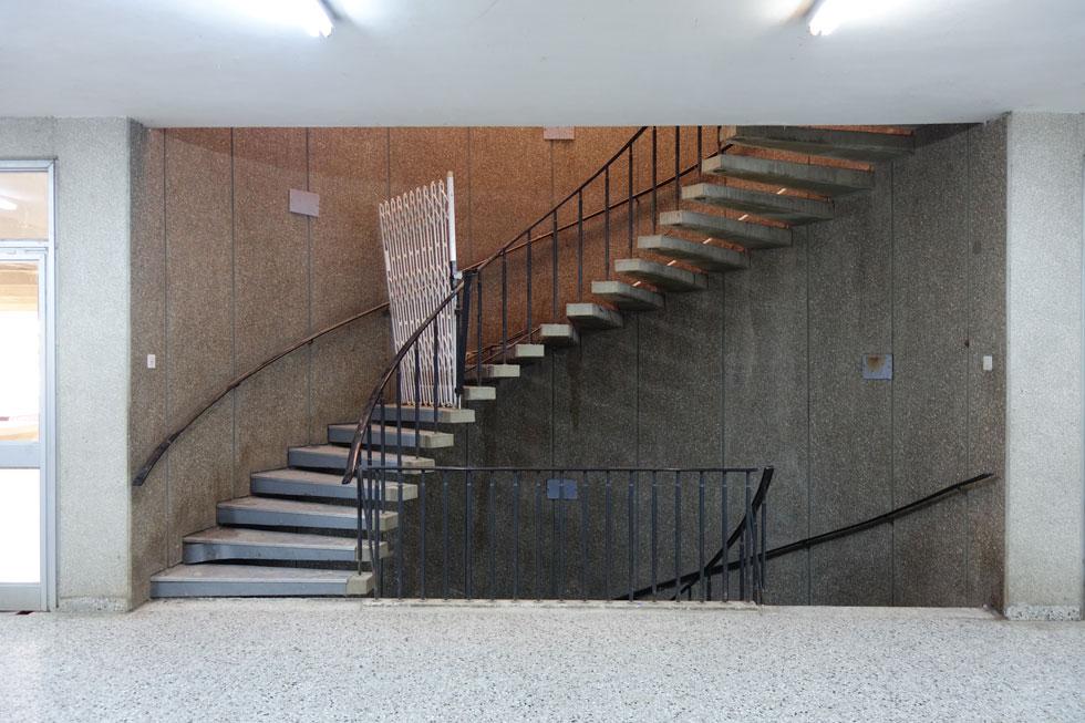 גרם המדרגות המעוגל אל קומת האכילה. בעולם מציינים 100 שנים לבאוהאוס, ובישראל לא מתייחסים בכבוד לפנינה כזאת (צילום: מיכאל יעקובסון)