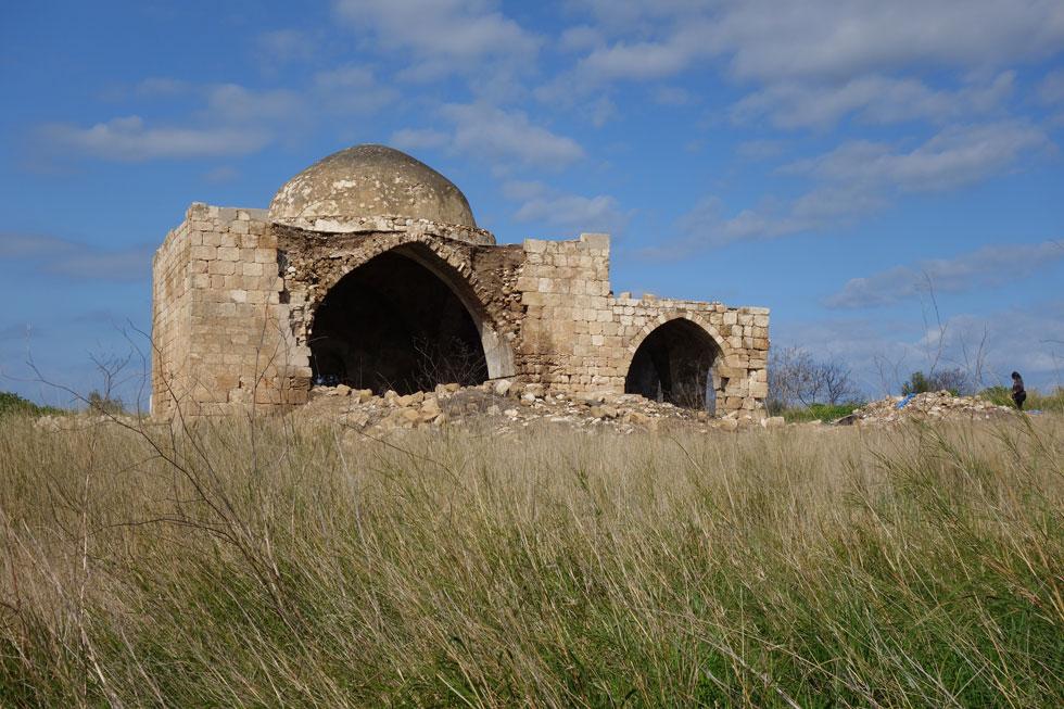 מסגד הכפר עמקא, במושב עמקה בגליל המערבי, נבנה בשיטה עתיקה של בנייה באבן. בעבר היה מטויח, אך הזנחתו פוררה וקילפה את שכבות הטיח והאבן נחשפה בכל חזיתותיו (צילום: מיכאל יעקובסון)