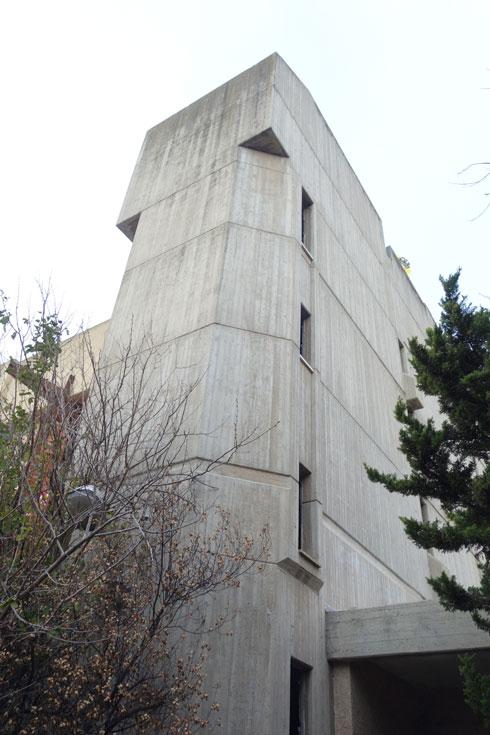 אדריכלות ברוטליסטית בלב נצרת עילית, שבקרוב תחליף את שמה ל''נוף הגליל'' (צילום: מיכאל יעקובסון)