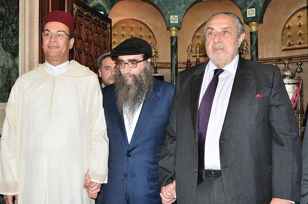 הרב יאשיהו פינטו עם סרג׳ ברדוגו (מימין) והוולי המושל המחוזי ()