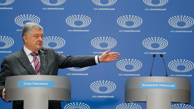 נשיא אוקראינה פטרו פורושנקו לבד ב עימות לקראת סיבוב שני ב בחירות (צילום: AP)