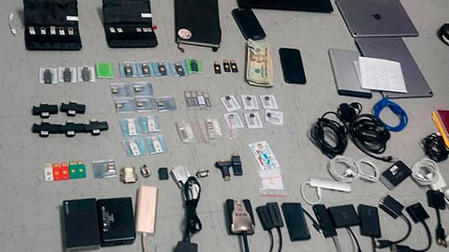 אקוודור פריטים שהוחרמו עם מעצרו של ג'וליאן אסאנג' ב שגרירות ב לונדון (צילום: AP, State Attorney General's Office)