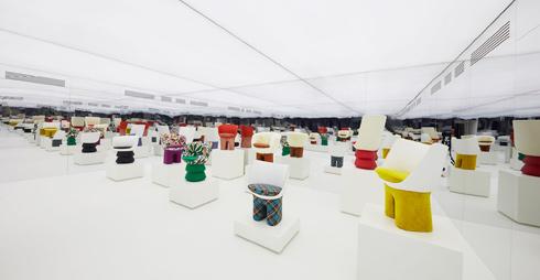 חלל התצוגה של הכיסאות במילאנו. המופע התעצם בזכות המראות סביב