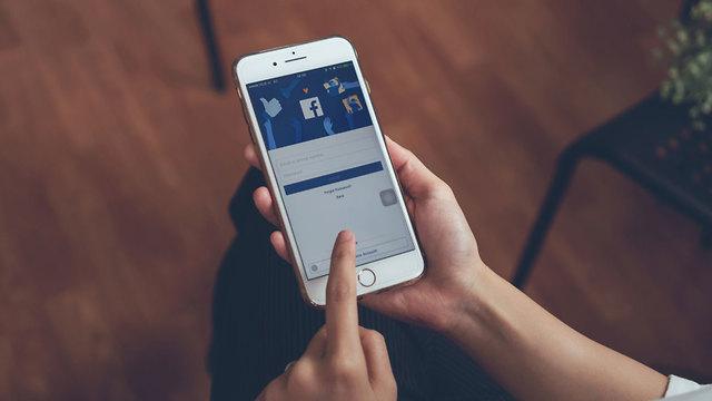 פוסט פייסבוק סלולרי (צילום: shutterstock)
