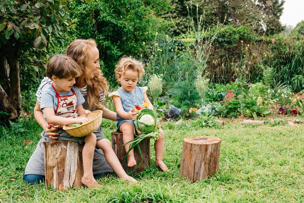 """""""אנחנו מטפחים בגינה עצי הדר וגינת ירק למאכל. אני מגדלת אפונה, כרובית, ברוקולי ועוד. חמי בנה לנו בחצר חממה שאנחנו מגדלים בה תותים ופלפלים, וגם לול קטן שבו 11 תרנגולות"""" (צילום: ליטל מרדכי)"""