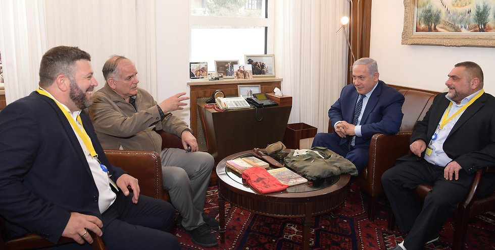 Benjamin Netanyahu (2nd right) with his brother Iddo Netanyahu (2nd left) and Yosef Shemesh, right, at the Prime Minister's Office in Jerusalem (Photo: GPO)