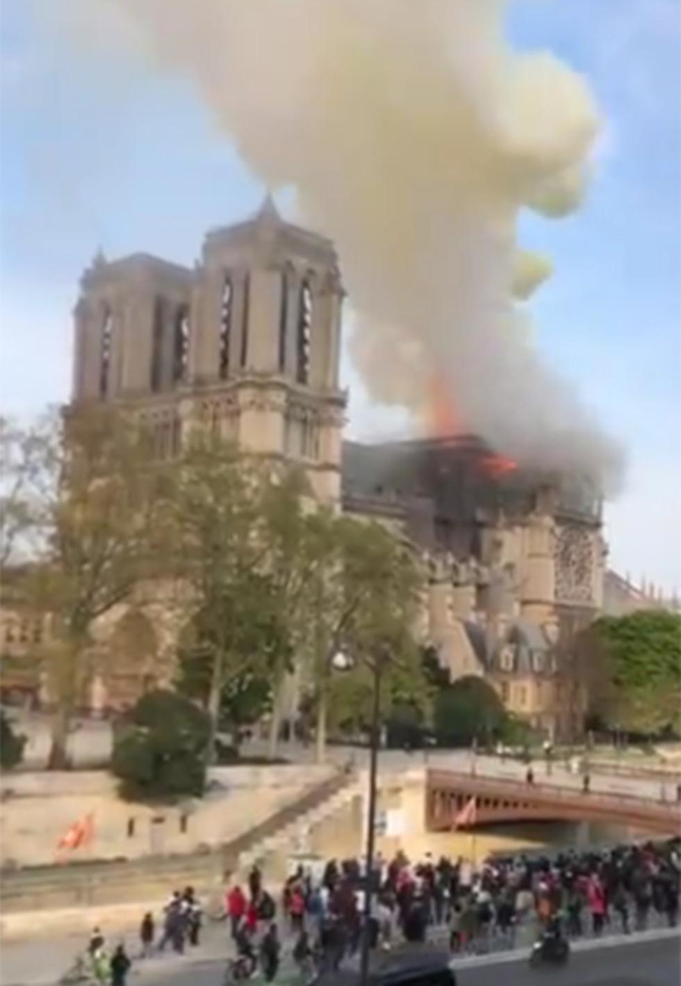 שריפה כנסיית נוטרדאם פריז צרפת ()