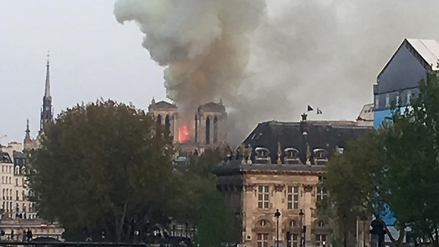 שריפה כנסיית נוטרדאם פריז צרפת (צילום: AFP)
