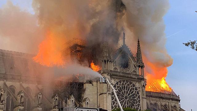 שריפה קתדרלה נוטרדאם פריז צרפת (צילום: AFP)
