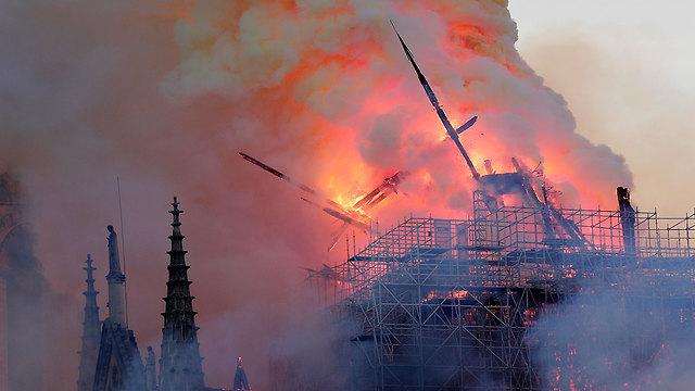שריפה קתדרלה נוטרדאם פריז צרפת (צילום: EPA)