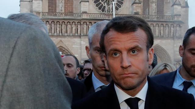 עמנואל מקרון בזירת השריפה קתדרלה נוטרדאם פריז צרפת (צילום: רויטרס)