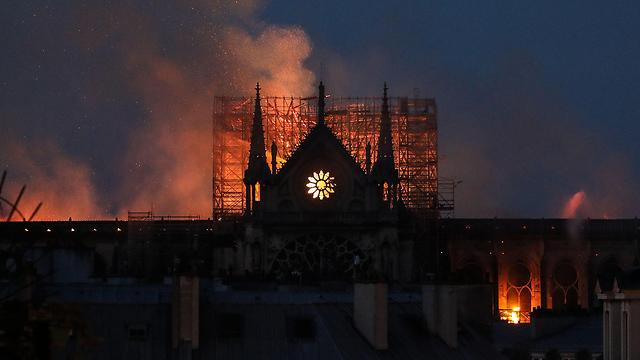 Горит собор. Фото: AFP
