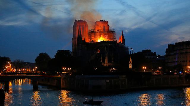 שריפה קתדרלה נוטרדאם פריז צרפת (צילום: AP)