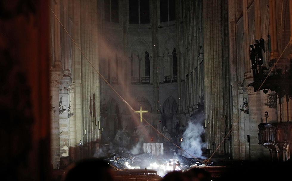 Так выглядят последствия пожара внутри собора. Фото: АР