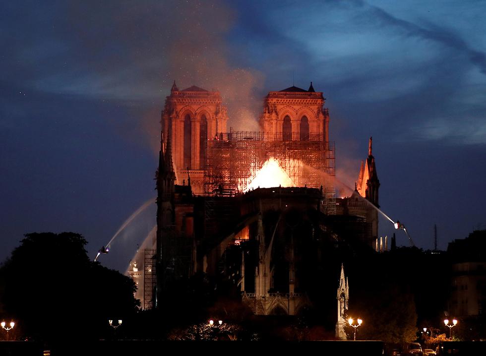 שריפה בקתדרלת נוטרדאם (צילום: רויטרס)