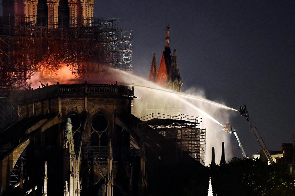שריפה בקתדרלת נוטרדאם (צילום: EPA)