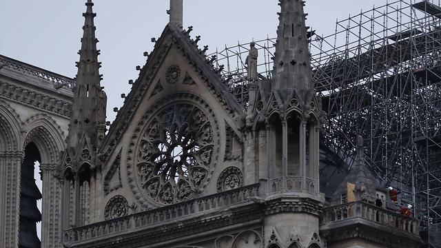 Пожар начался на верхних ярусах собора. Фото: AFP