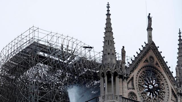 שריפה בקתדרלת נוטרדאם הבוקר שאחרי (צילום: AFP)
