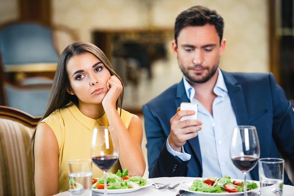אישה מאוכזבת מבן זוגה אילוסטרציה (צילום: Shutterstock)