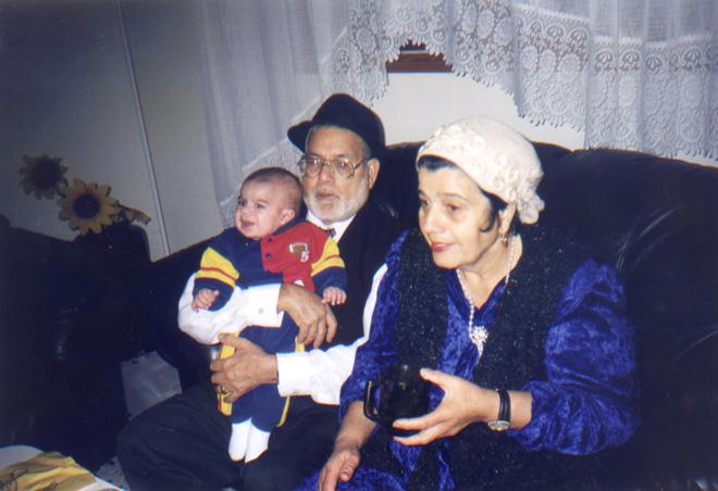 """הוריה, סימי ויוסף, עם בנה הבכור, שחר. """"אמא הייתה מודל להצלחה עבורי"""" (צילום: אלבום פרטי)"""