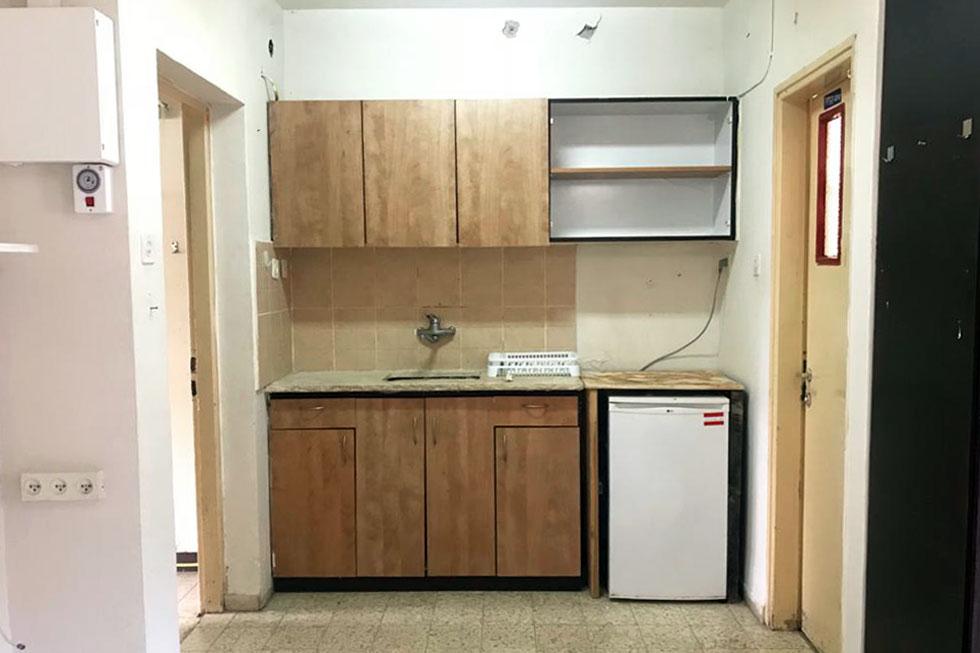 המטבח היה נקודת הפתיחה. כיוון שמדובר בדירה שכורה, עמדי החליטה שלא להחליף את האריחים, אלא להתייחס אליהם כאל קצה חוט (צילום: מור עמדי)