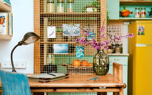 ''שולחן העבודה הוא שולחן שרטוט מעץ אורן מלא, שמלווה אותי מאז ימי התיכון. כיסא שקיבלתי במתנה צבעתי בתכלת ושייפתי כדי לתת מראה מיושן'' (צילום: תומר בן שמחון)