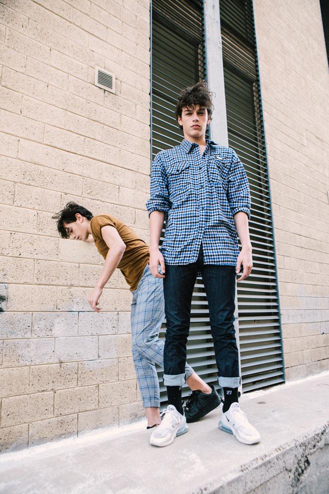 מימין: יובל בחולצה, אור ביטון | מכנסי ג'ינס, ארמאני בפקטורי 54 | נעליים, נייקי מאוסף אישי. ליאור בחולצה, ברשקה | מכנסיים, זארה | נעליים, נייקי מאוסף אישי (צילום: עדי סגל)