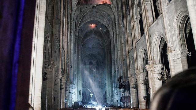 נזקי ה שריפה קתדרלה נוטרדאם פריז צרפת (צילום: EPA)