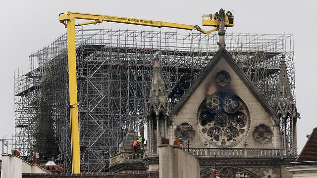 נזקי ה שריפה קתדרלה נוטרדאם פריז צרפת (צילום: AP)