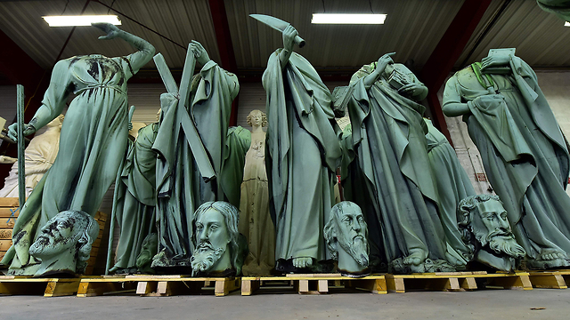 פסלים שהוסרו מגג ה קתדרלה נוטרדאם בשביל השיפוצים שריפה פריז צרפת (צילום: AFP)
