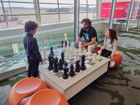 """משחקים שחמט בנמל התעופה של כרייסטצ'רץ'. """"יחד אנחנו יכולים לעשות הכל"""" (צילום: עידו צנג)"""