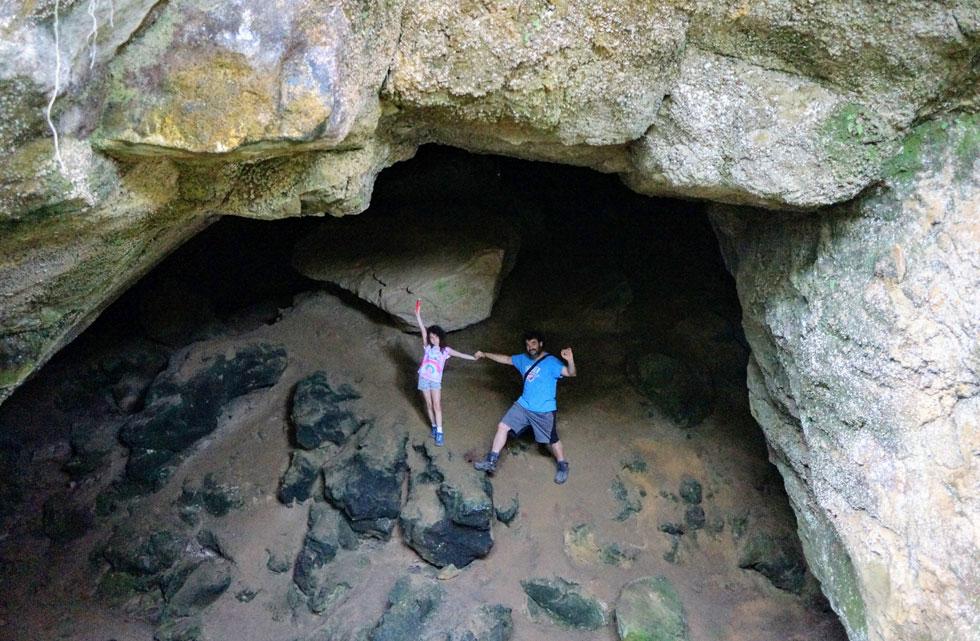 """עידו ותומר במערה בפונקייקי. """"ידעתי שברגע שיהיו לי אישה וילדים, אביא אותם לכאן"""" (צילום: עידו צנג)"""