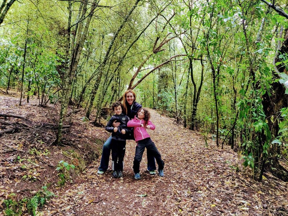 """מור, תומר ועמית בפארק באקרואה. """"נסעתי מלאת חששות, וגם מפונקת, וחזרתי צנועה"""" (צילום: עידו צנג)"""
