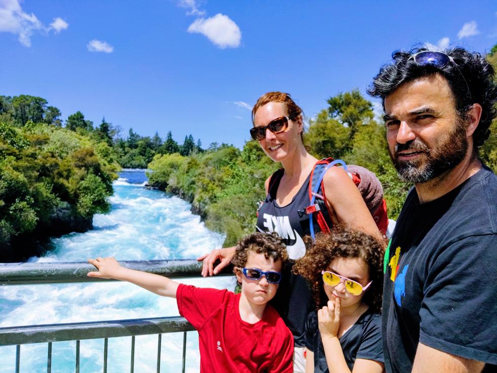 """משפחת צנג במפלי הוקה, ניו זילנד. """"ניסינו לשחזר את הטיול במדויק, אבל עם ילדים זה סיפור אחר"""" (צילום: עידו צנג)"""