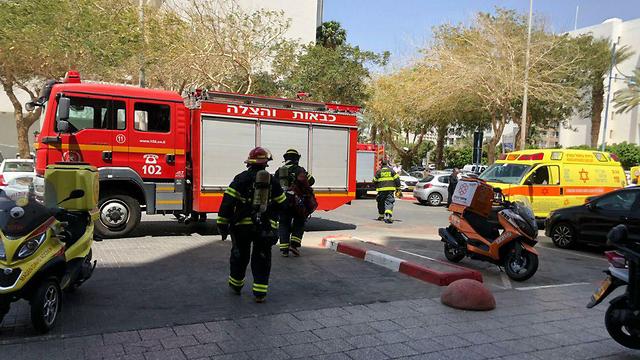 Пожарные у гостиницы. Фото: Меир Охайон