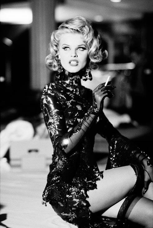 אווה הרציגובה מאחורי הקלעים בתצוגת האופנה של מוגלר בפריז, 1992 (צילום: Ellen von Unwerth©)