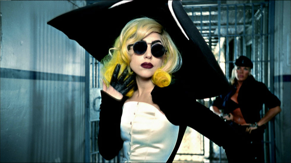 ליידי גאגא לובשת עיצוב של מוגלר מקולקציית סתיו-חורף 1995-96 (צילום: Courtesy of Haus of Gaga©)