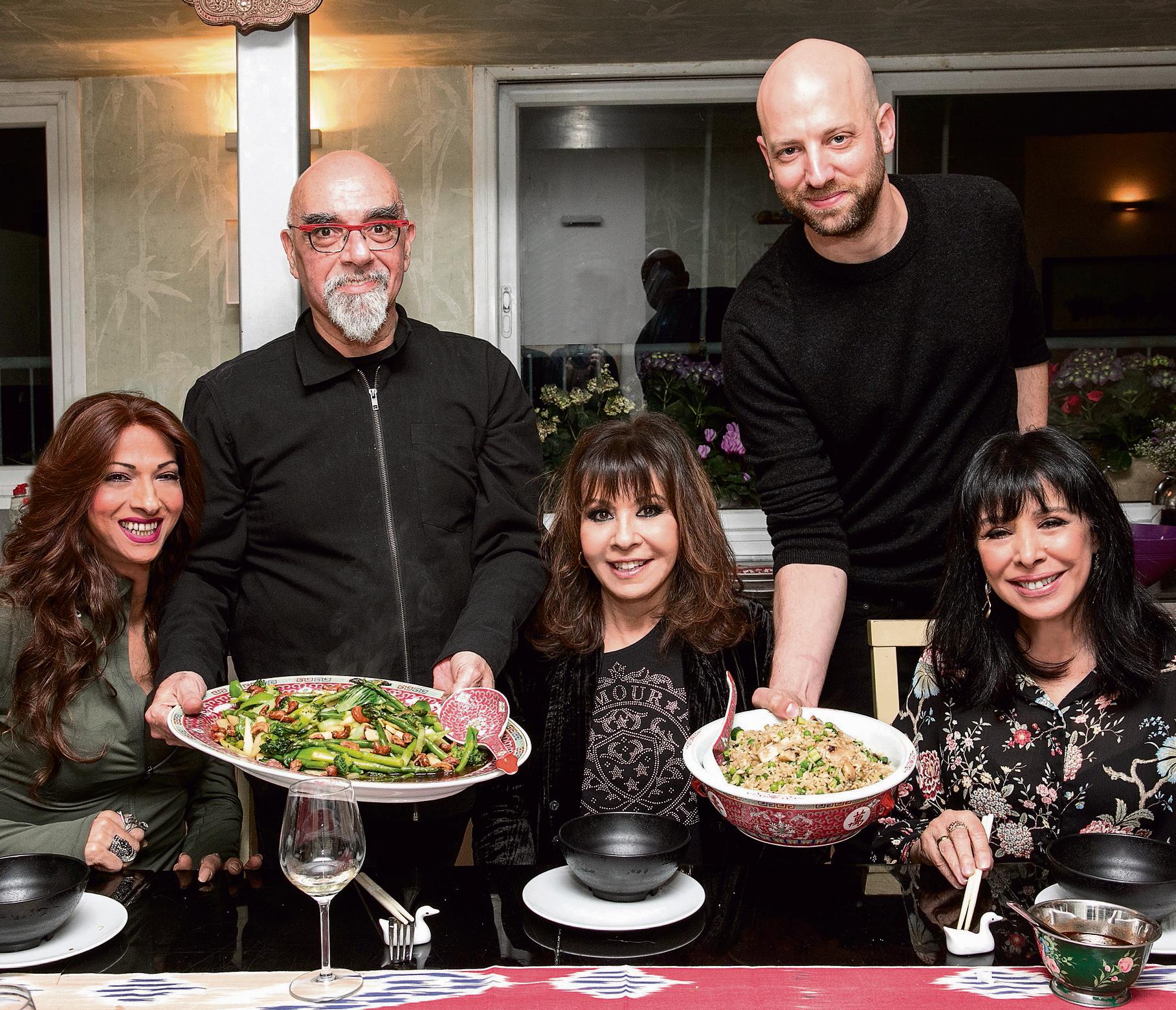 מימין: גלי עטרי,  השף אייל קיצ'ס,  ירדנה ארזי, אהרוני  ודנה אינטרנשיונל.  בשבחי הכוסברה צילום: שי נייבורג