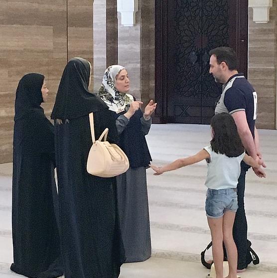 משפחה מקומית מבקרת במסגד אל־פאתח