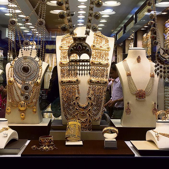 חלון ראווה עם תכשיטי ענק בשוק הזהב של מנאמה
