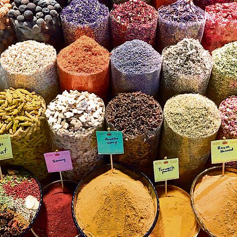 מגוון תבלינים בשוק התבלינים המקומי