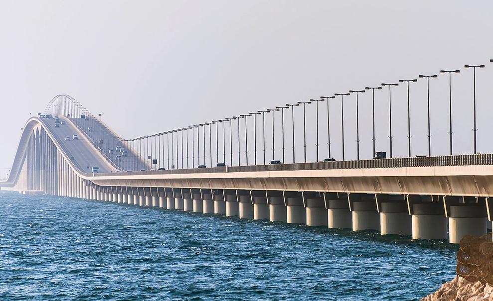 גשר המלך פאהד, המחבר בין בחריין וערב־הסעודית. מהווה נתיב לתענוגות של הסעודים והכוויתים.