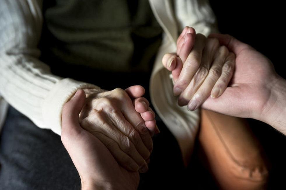 ידיים צעירות אוחזות ידיים מבוגרות ()
