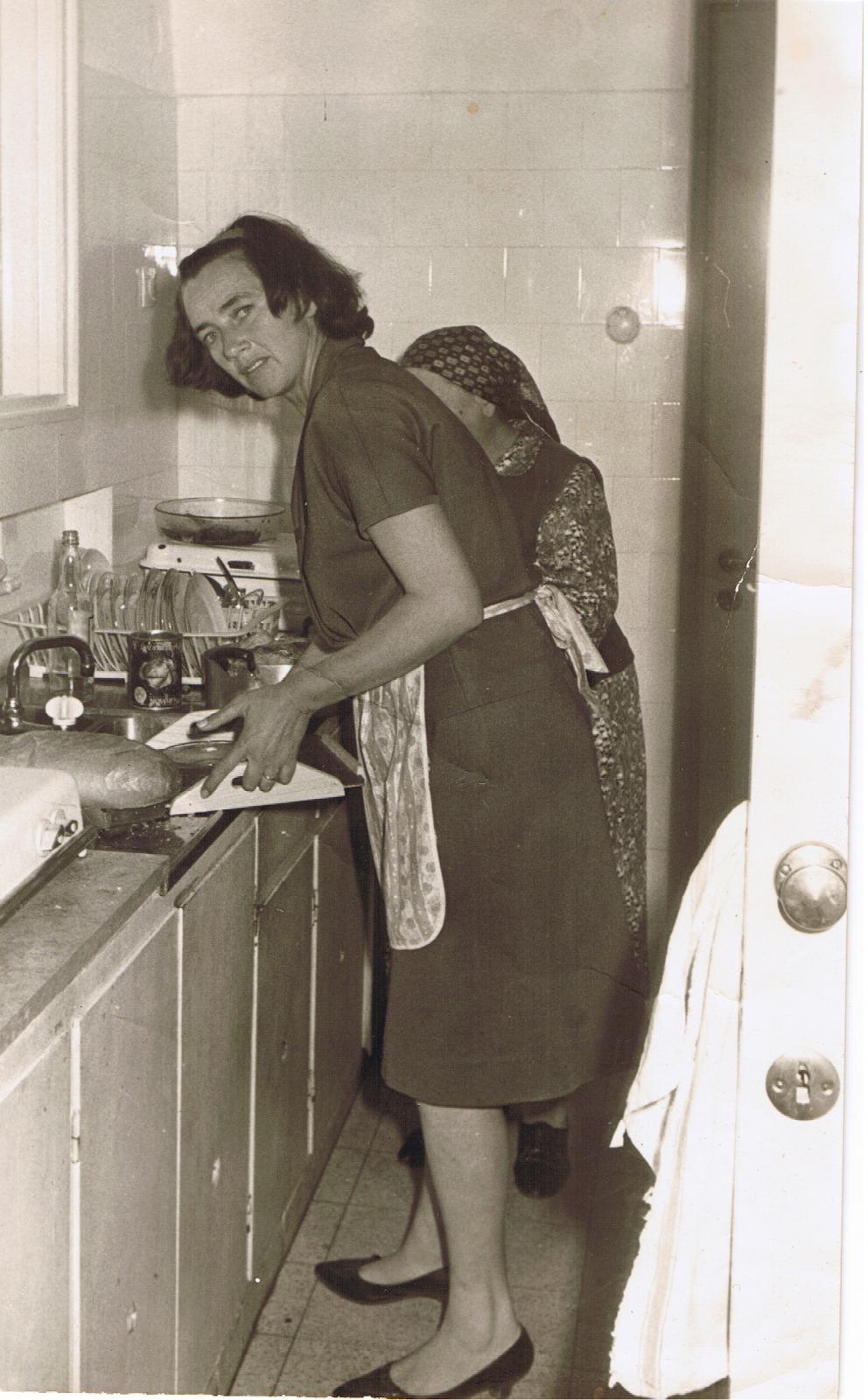 מלכה גנץ במטבחה בשנת 1967 (צילום: יוסי פונס)